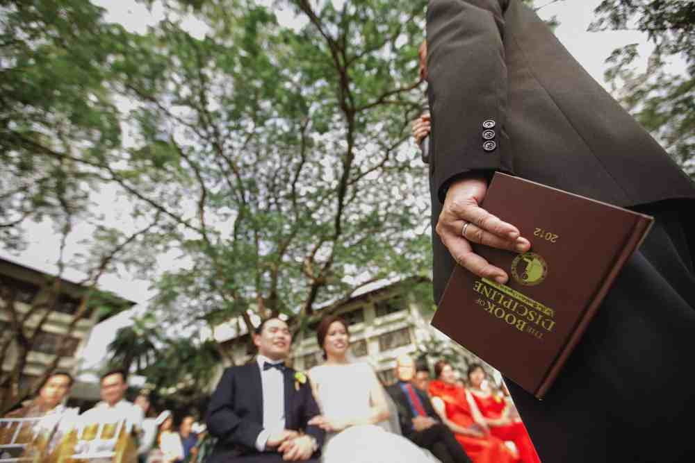 Sunflower Garden Rustic Wedding at The Saujana Hotel Subang Kuala Lumpur malaysia cliff choong the cross effects kevin tan destination portrait and wedding photographer malaysia kuala lumpur bride and groom couple kiss romantic intimate moment scene details