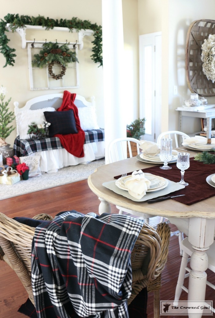 Christmas-Decorating-Tips-For-The-Dining-Room-The-Crowned-Goat-10 9 Christmas Decorating Tips for the Dining Room Uncategorized