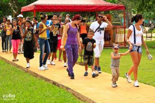 parents with their kids at Lenin park © Cuba Absolutely, 2014