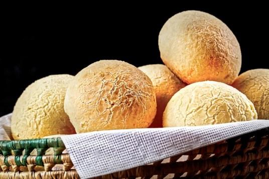 Brazilian cheese buns in a basket