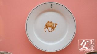 香港英軍居喀兵團,1960至1970年代廣彩餐碟,用日本白瓷胎,膠印線條手繪