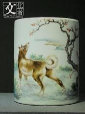 這犬筆筒是徐天梅作品,有釋文:「犬喜人師迎野路,南州天梅寫於珠山。」