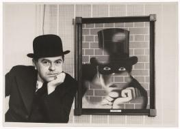 Rene 1938年跟自己的畫作The Barbarian合照,這一幅畫以電影人物Fantômas為題。