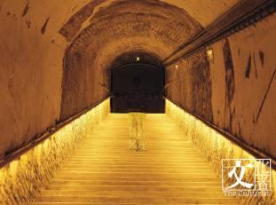 """""""Deep underground"""" 有種幾百年的時代感。"""