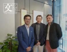 「研木得益」掌舵人黑國強(左),與台灣松蔭畫廊主人潘敦(右)誠邀被喻為香港最後一代文化貴族董橋(中)參展。