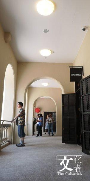 每層遊廊既高且寬,遮陽通風,昔日二樓飯堂已改為商店。