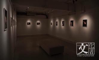 進入展覽前的黑色簿布,有種若隱若現的感覺。( ©Nicole Pun)