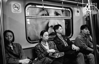 1994 年地鐵站內的鄧小平廣告,big brother is watching you。(余偉建提供)