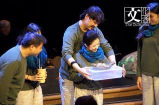 演出開頭,演員邀請觀眾試食蒸鱸魚。(圖片由天邊外劇場提供)