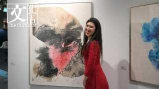 香港3812畫廊代理的藝術家何鳳蓮(Chole)最新利用咖啡來創作她的抽象山水。