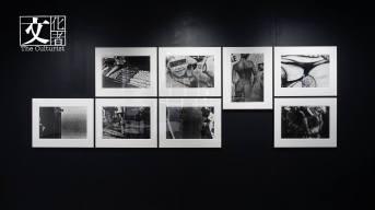 三個系列作品,首先是1971年的《Circulation: Date, Place , Event / 循環:日期、場所、行為》,這是他當年前往巴黎參加青年雙年展時,每日漫步巴黎即興拍攝、然後沖洗展出的照片,強調攝影的happening。
