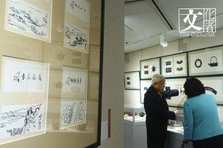 黃醫生耐心地向嘉德拍賣董事總裁兼CEO胡妍妍介紹他的心愛收藏。(文化者攝)