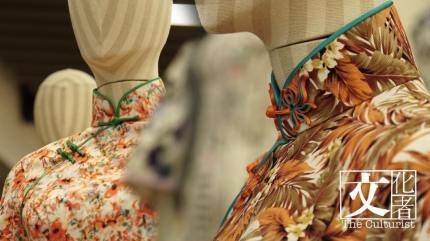 傳統長衫的每顆鈕扣、黹口線與捆邊,都是每代裁縫師傅的手工心血,針針傳情。(文化者攝)
