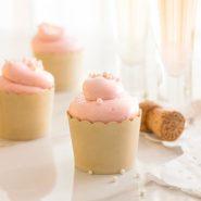 Magdalenas de vainilla y almendras con crema de mantequilla de merengue suizo de frambuesa asada