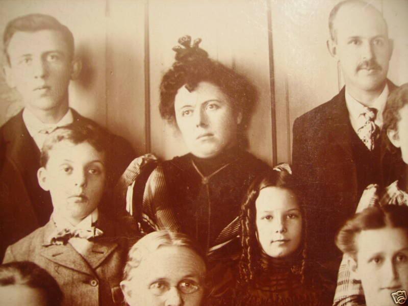 Можно ли вешать портреты умерших родственников на стену?