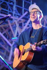 "Woodies host and Bleachers frontman Jack Antonoff opened the show with an ""impromptu"" acoustic medley of Drake, Bleachers and other popular songs. 