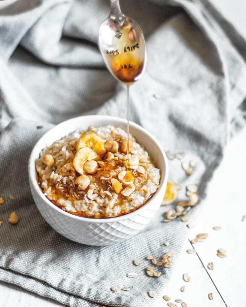 overnight porridge - topping noix de coco, noisettes et banane séchée