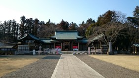 The main building of the shrine. I like it much more than Tokiwa jinja, since it is a lot rounder and instead of the stone floor, the inner part is grassy. Most of the times this shrine is decorated with the flowers of the season, even late in the year.