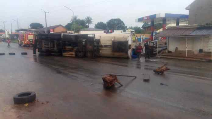 Fire fighters avert explosion as petrol tanker falls at gas station in Anambra 1