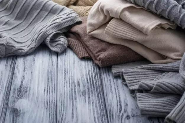 ropa en el suelo para que puedas ordenar y organizar tu armario reciclado
