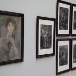 """""""Dama w pawich piórach"""" Axentowicza i rysunki Andriollego wróciły do Muzeum Narodowego w Warszawie"""
