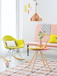 Beautiful pastels with a copper pendant lamp as accent | Image: http://www.101woonideeen.nl/