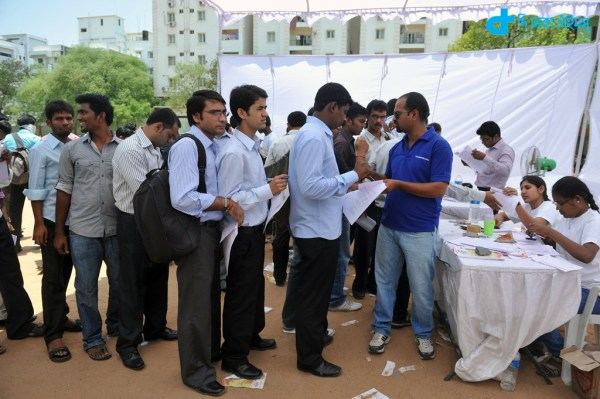 Job-seekers wait in line to register at a career fair held at a school in Hyderabad on May 19, 2012. Over 3,000 people attended the fair. Foreign investors have been turned off the country of 1.2 billion people due to recent regulatory moves by the government, which has stalled on a pro-growth reform agenda aimed at opening up the economy. AFP PHOTO / Noah SEELAM / AFP / NOAH SEELAM