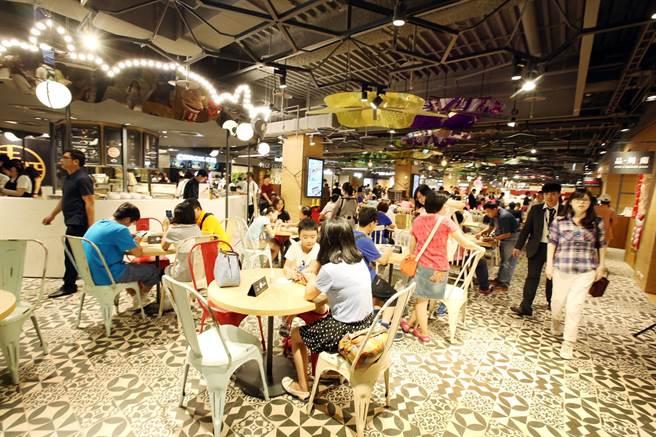 擁有開放式用餐空間的美食街是最常見的一種(圖為新光三越 A11 B2美食街)