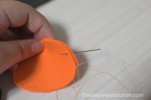かぼちゃのフェルトを縫っていきます