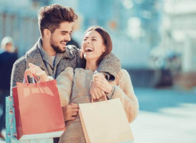 一緒にショッピングデートに行ってクリスマスプレゼントを探る