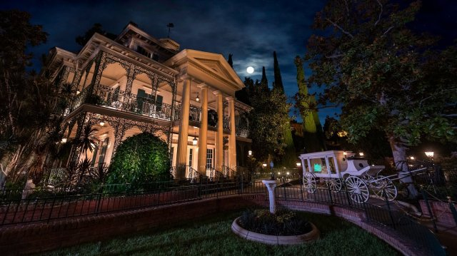 Shows an image of Disneyland's Haunted Mansion