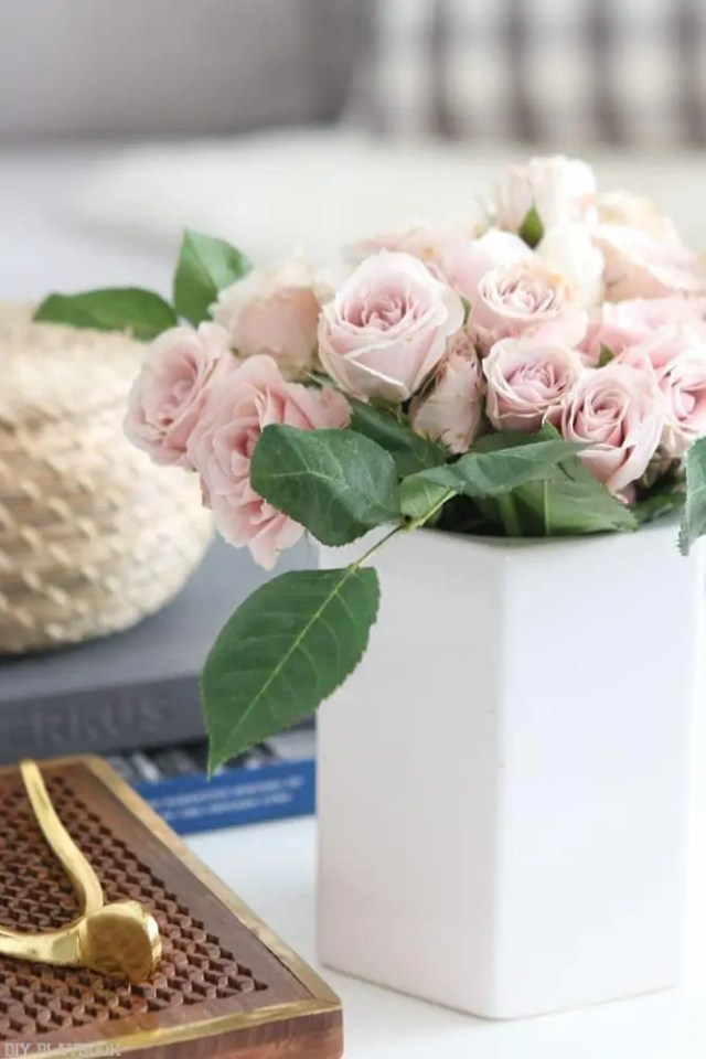 round_modern_coffee_table-pink_roses_vase