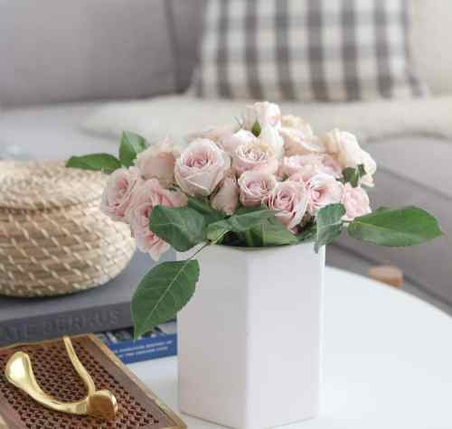 round_modern_coffee_table-roses_vase_flowers