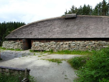 Another Viking Age replica of a Norse longhouse at Avaldsnes. Image source: www.turn23.blogspot.ca