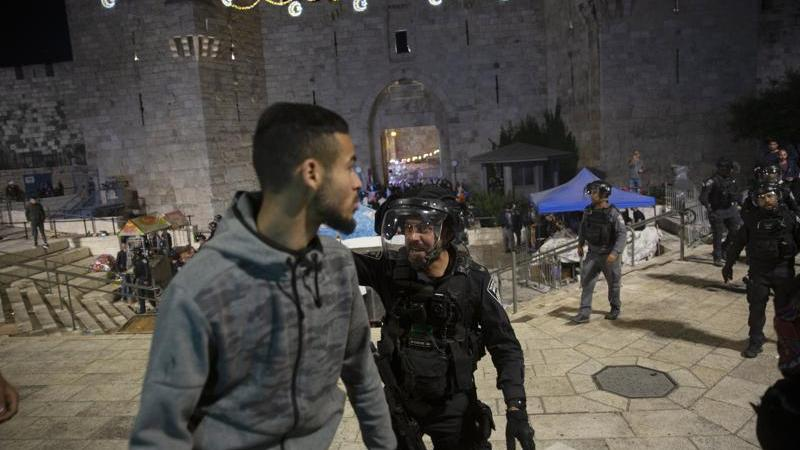 Scores injured in clashes between Israeli police and Palestinians at Al Aqsa Mosque
