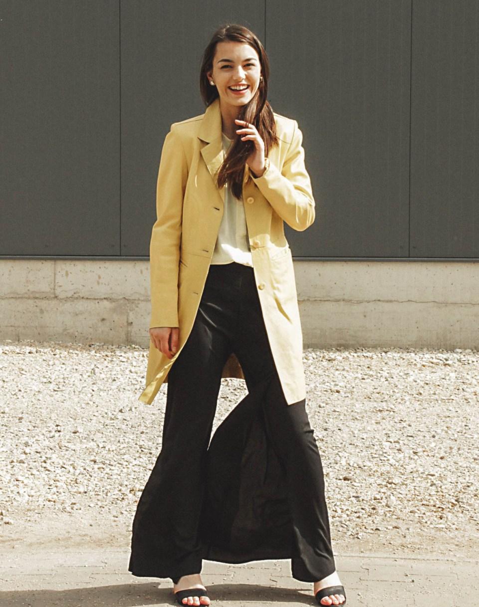 Weite Sommerhose mit Schlitz mit gelben Mantel
