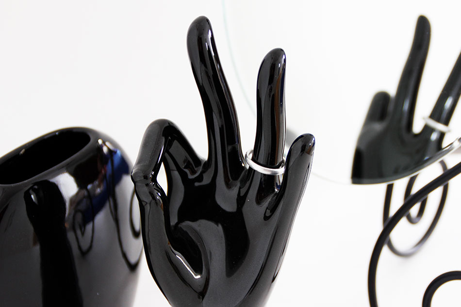 Ring auf schwarzer Prozelan Hand