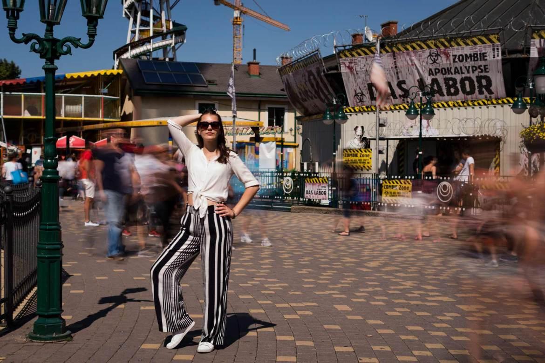 Mädchen auf Prater mit Streifenhose von H&M