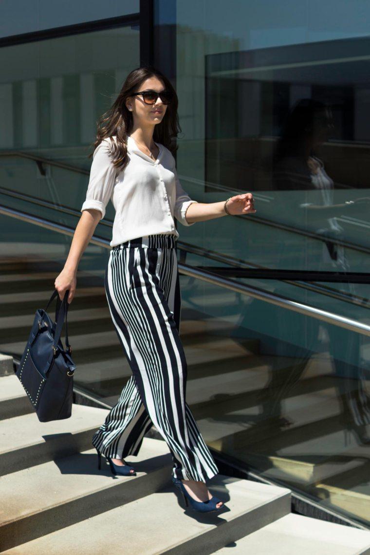 Elegantes Business-Outfit, Frau löuft Treppen runter, Gestreifte H&M Hose
