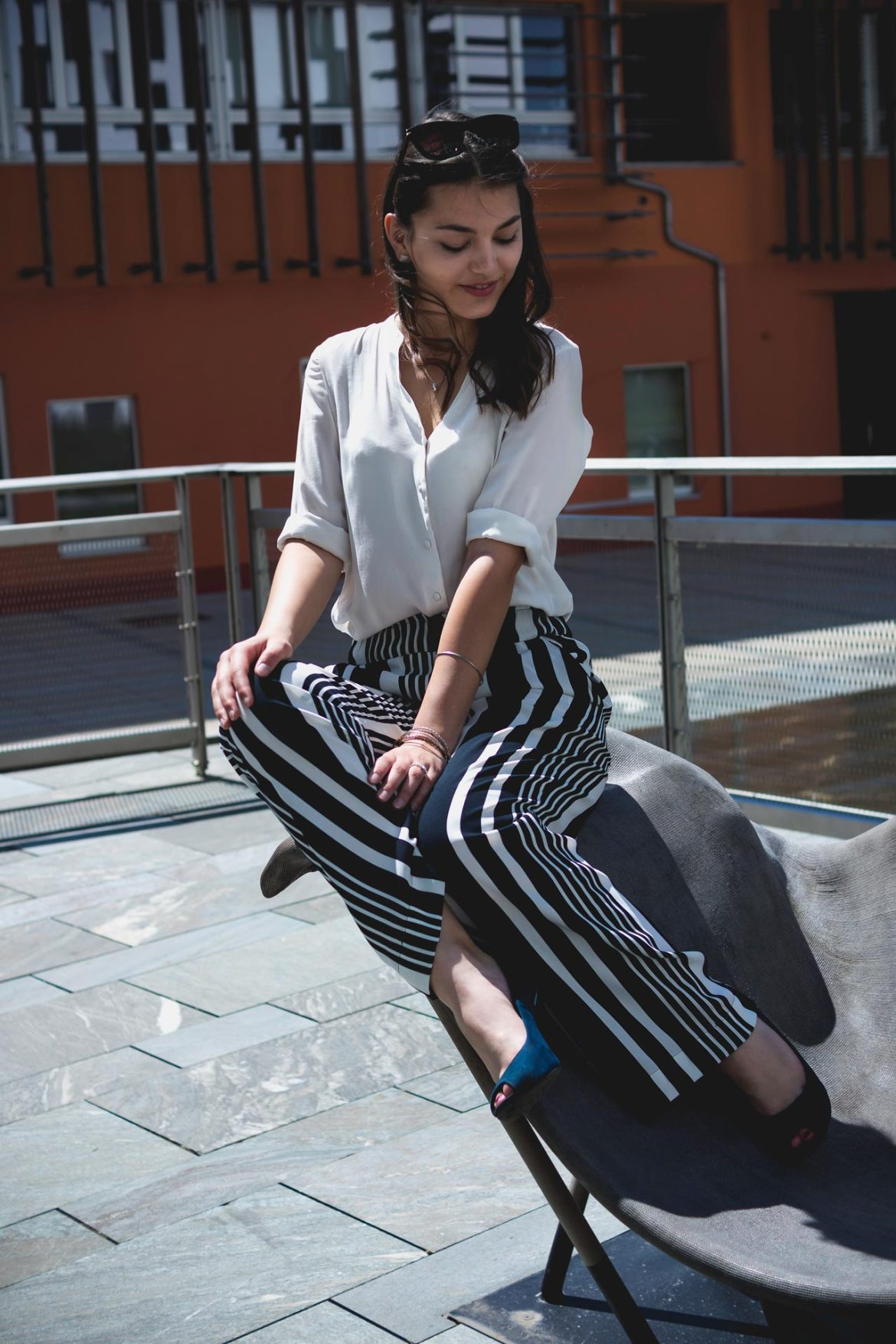 Sitting elegant on a bench, wearing a H&M pull-on-pant