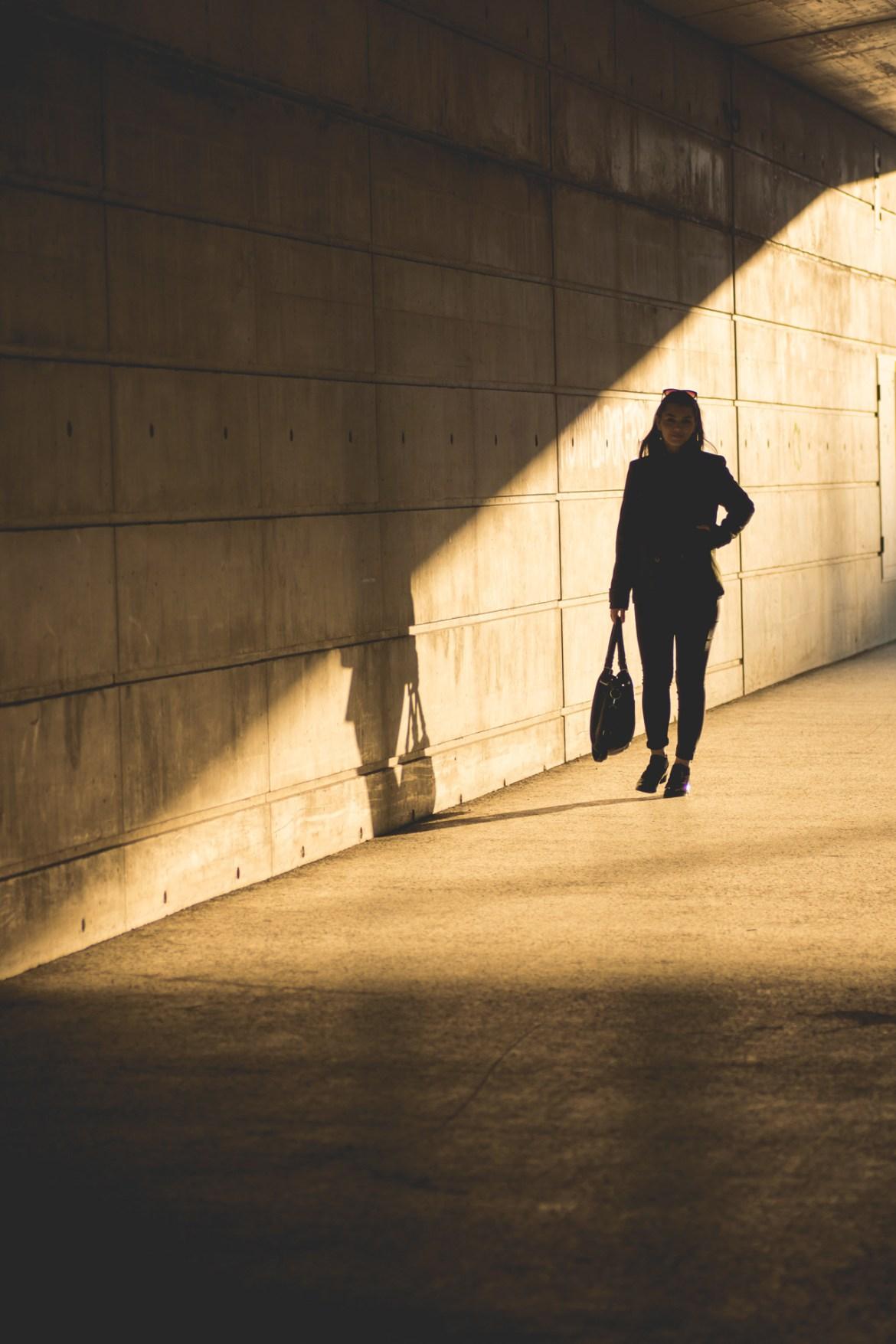 Schwarze Frauensillouette im Lichtkegel