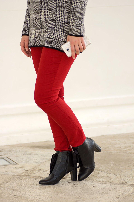 Rote Jeans von H&M und schwarze Stiefeletten von Mint&Berry