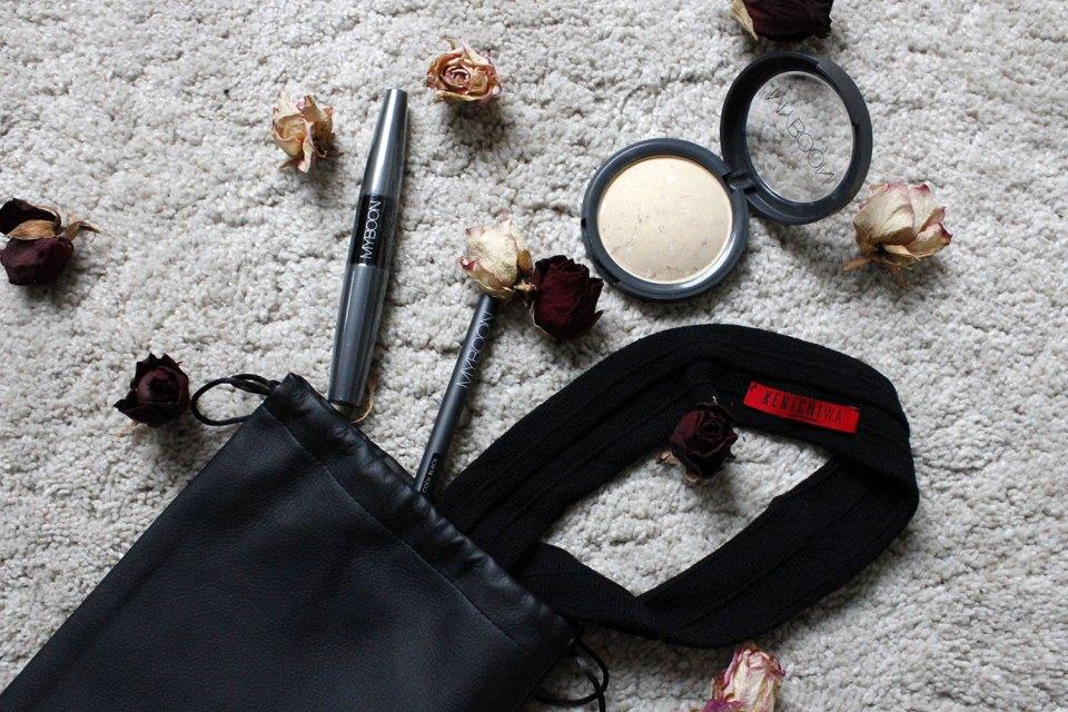 Produkte von KEnichiwa neben Rosenblüten