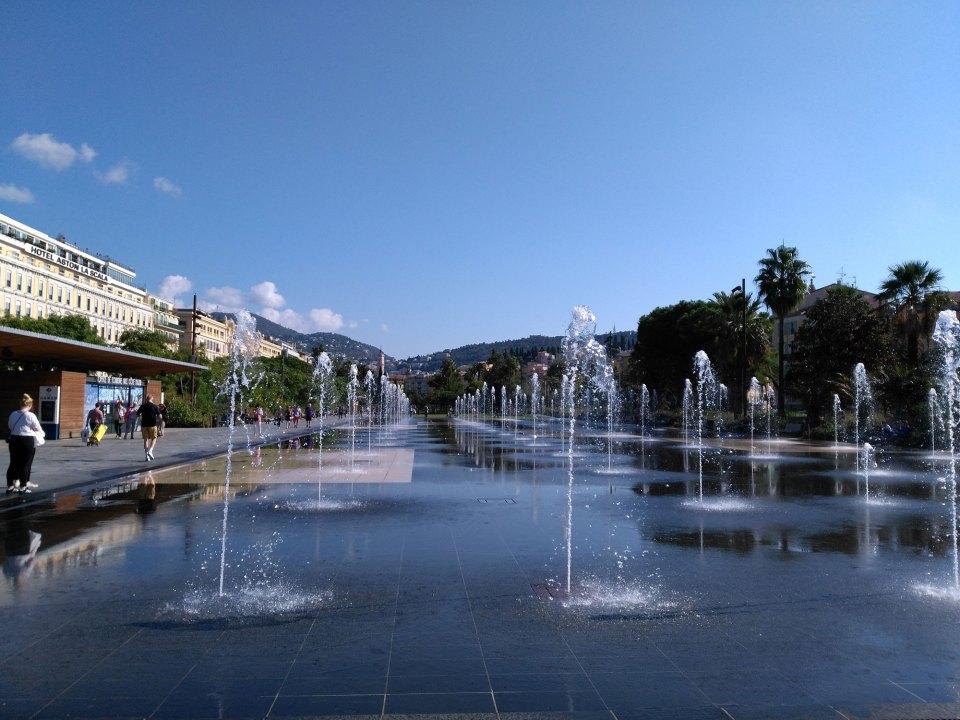 Nizza Reise Platz mit Springbrunnen
