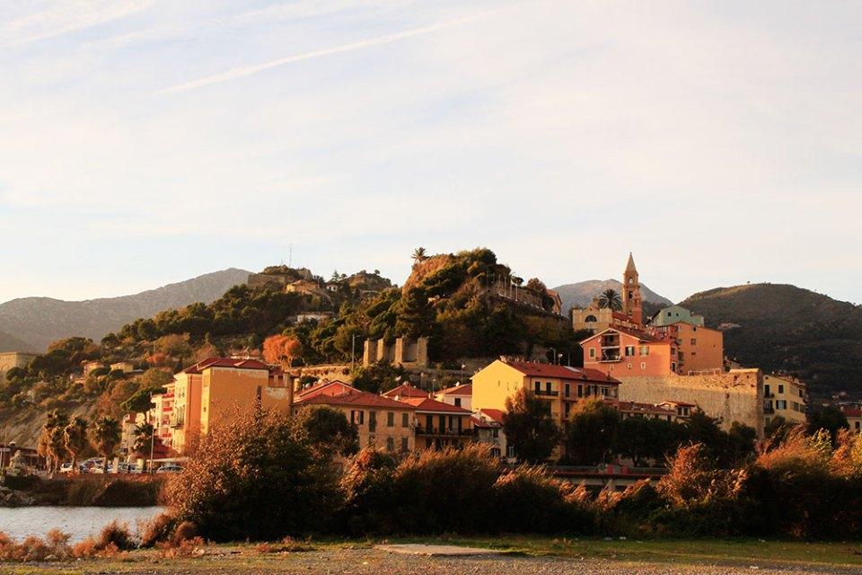 Stadtansicht von Ventimiglia vom Strand aus