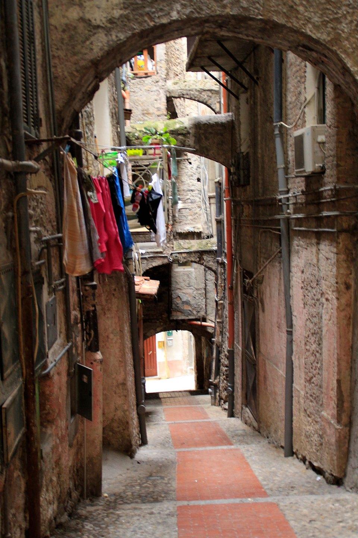 Sehr schmale Gasse in Ventimiglia