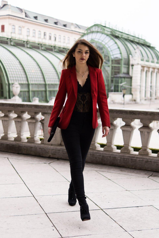 Dorie läuft im sexy Valentinstagslook mit Spitzenbody und rotem Blazer von H&M