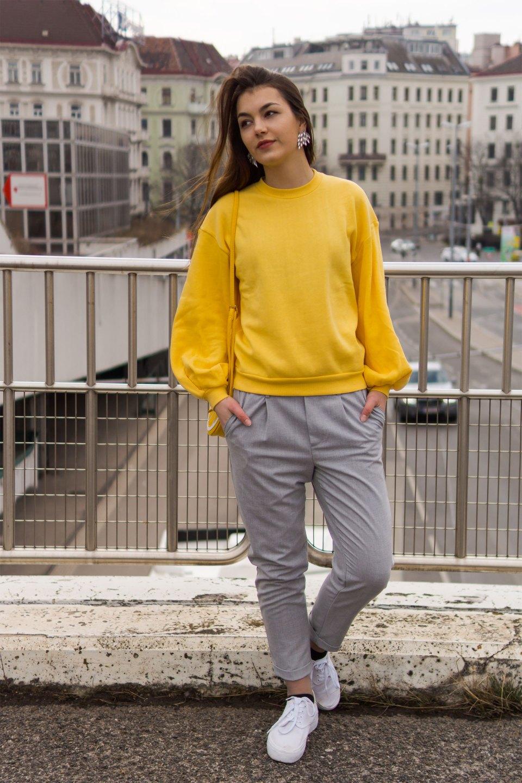 Lässiger Freizeitlook in Gelb und Grau von Dorie mit Pullover von Na-KD und Hose Bershka