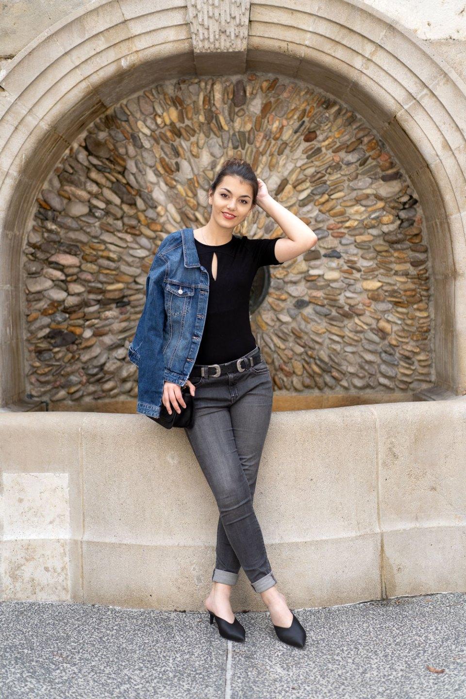 Basic Look mit Jeansjacke und Gürtel