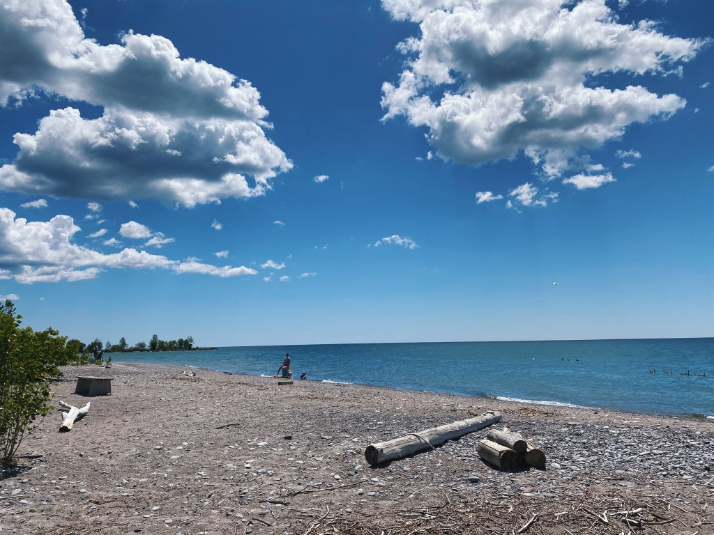 Lac Ontario beach view on a sunny day